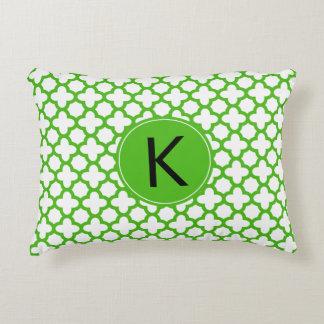 Modelo verde con monograma de Kelly Quatrefoil Cojín
