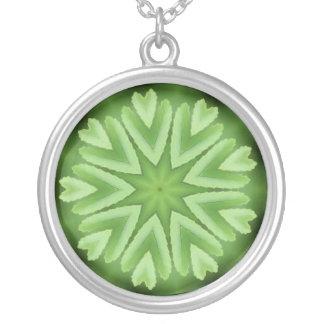 Modelo verde de la estrella y de los corazones colgante redondo