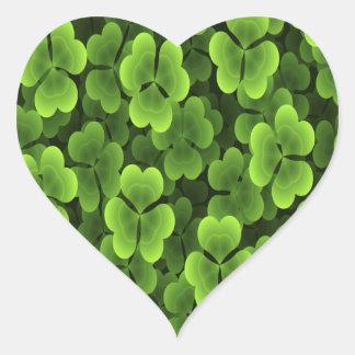 Modelo verde de la planta del trébol calcomanía de corazón