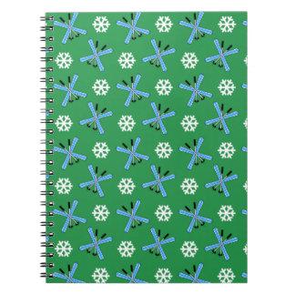 modelo verde de los esquís y de los copos de nieve libros de apuntes con espiral