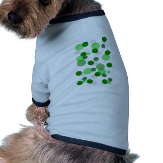 Modelo verde de los puntos camiseta con mangas para perro