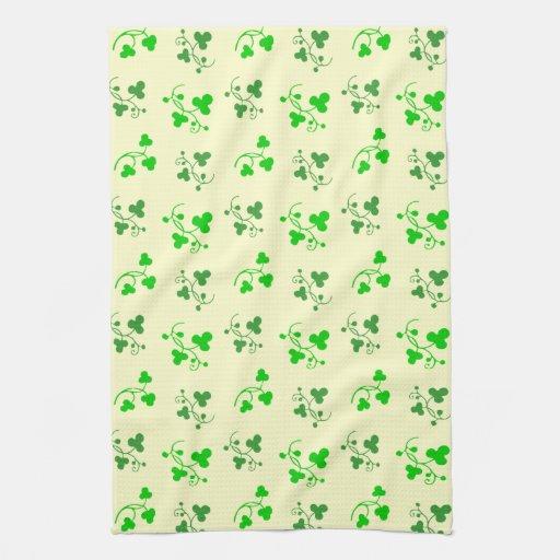Modelo verde de los tréboles en la toalla de cocin