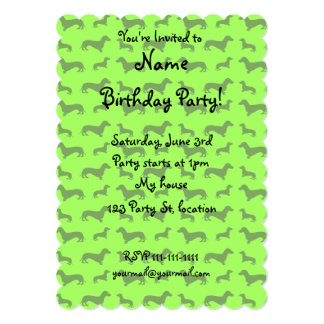 Modelo verde de neón lindo del dachshund invitación 12,7 x 17,8 cm