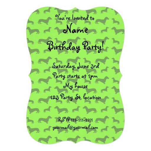 Modelo verde de neón lindo del dachshund invitaciones personales