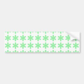 Modelo verde del copo de nieve con el fondo blanco pegatina de parachoque