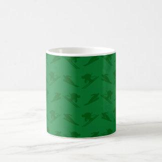 Modelo verde del esquí taza