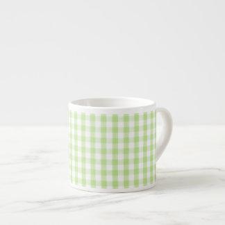 Modelo verde en colores pastel de la guinga taza espresso