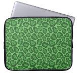 Modelo verde femenino del leopardo mangas portátiles