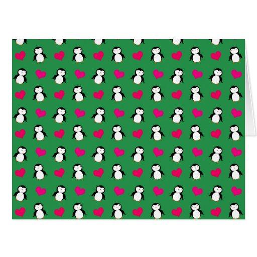 Modelo verde lindo de los corazones del pingüino tarjeton