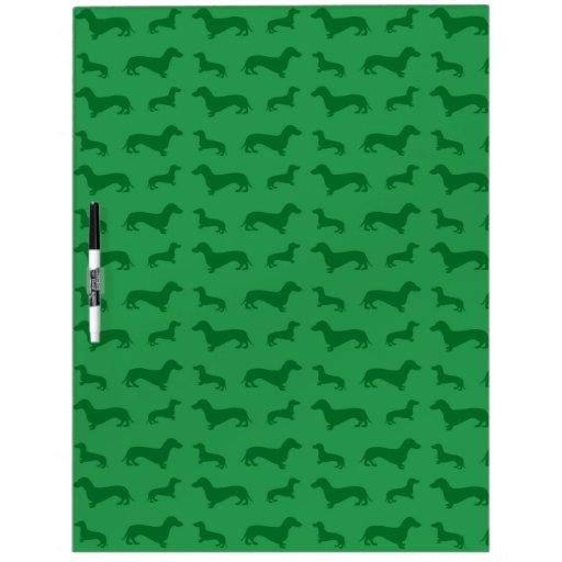 Modelo verde lindo del dachshund tablero blanco