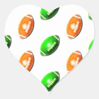 Modelo verde y anaranjado del fútbol pegatina en forma de corazón