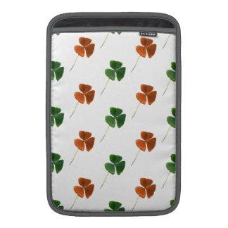 Modelo verde y anaranjado del trébol fundas MacBook