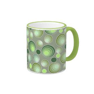 Modelo verde y blanco abstracto de los círculos taza de dos colores