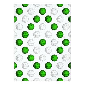 """Modelo verde y blanco del baloncesto invitación 5.5"""" x 7.5"""""""