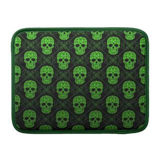 Modelo verde y negro del cráneo del azúcar fundas para macbook air