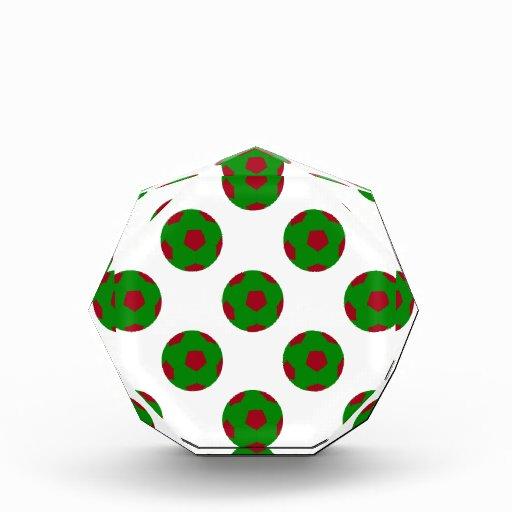 Modelo verde y rojo del balón de fútbol