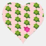 Modelo verde y rosado de la tortuga calcomanía de corazón