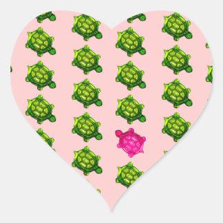 Modelo verde y rosado de la tortuga pegatina en forma de corazón