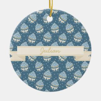 Modelo y cinta hivernales de la magdalena adorno navideño redondo de cerámica