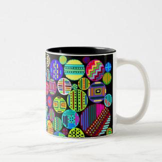 Modelos coloridos de los círculos en fondo negro taza dos tonos
