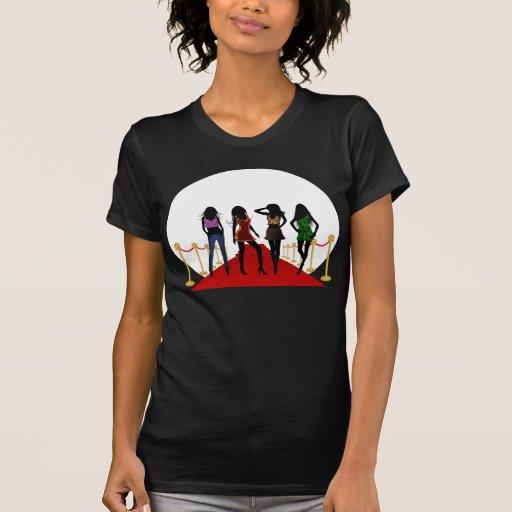Modelos de los chicas de la moda en las camisetas