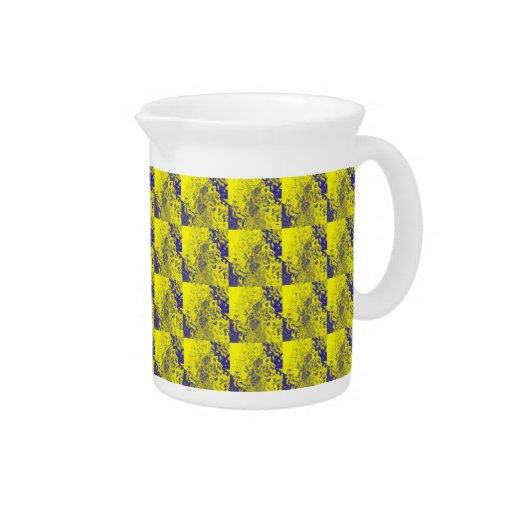 Modelos de neón amarillos y púrpuras del resplando jarras