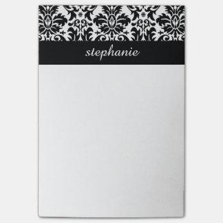 Modelos elegantes del damasco con blanco y negro post-it notas
