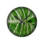 Modelos poner crema en la hoja verde reloj de pared