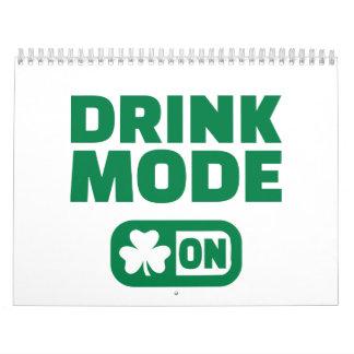 Modo de la bebida el el día de St Patrick Calendarios