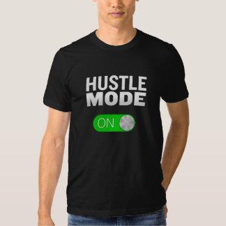 Modo de la prisa en la camiseta polera