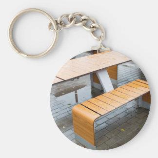 Moje las tablas al aire libre del café en la calle llavero redondo tipo pin