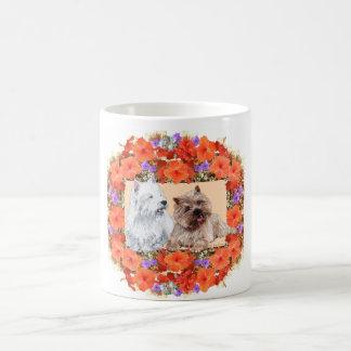Mojón de Brown y terrieres de Westie en floral Taza Básica Blanca