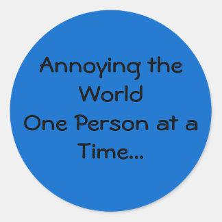 Molestando a la persona del mundo uno a la vez… pegatina redonda