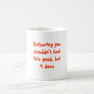 Molestándole taza