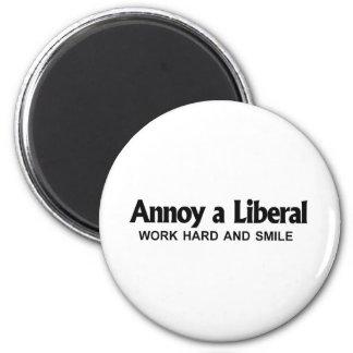 Moleste a un liberal - trabaje difícilmente y sonr imán redondo 5 cm