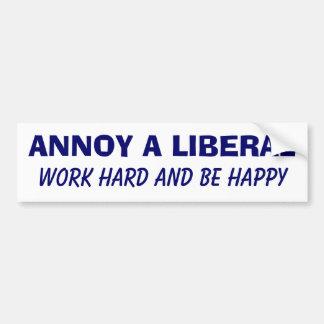 Moleste a un liberal - trabajo difícilmente y sea  pegatina de parachoque