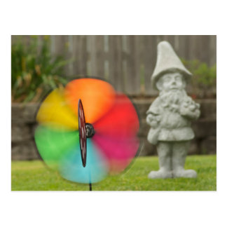 Molinillo de viento y postal del gnomo del jardín