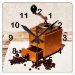 molino de café viejo con los granos de café reloj de pared