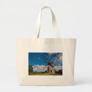 Molino de viento con el cielo azul bolsas