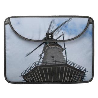Molino de viento de Amsterdam con el cielo azul Fundas Para Macbooks