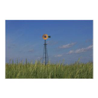 Molino de viento del país de Kansas con un campo d Impresiones Fotograficas