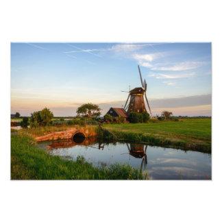 Molino de viento en el campo en la impresión de la fotografía