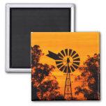 Molino de viento en la puesta del sol, Australia Imán Cuadrado