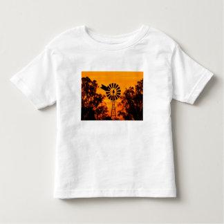 Molino de viento en la puesta del sol, Australia Camiseta