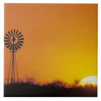 Molino de viento en la puesta del sol, Sinton, Azulejo Cuadrado Grande