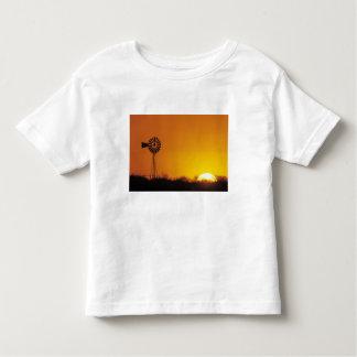 Molino de viento en la puesta del sol, Sinton, T Shirts