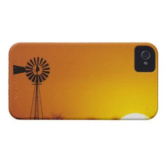 Molino de viento en la puesta del sol, Sinton, Tej iPhone 4 Case-Mate Funda