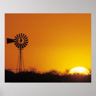 Molino de viento en la puesta del sol, Sinton, Tej Poster