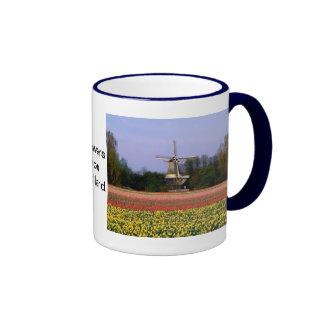 Molino de viento en los campos del bulbo taza de dos colores