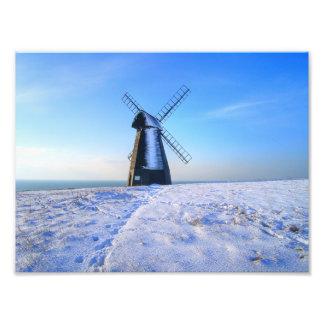 Molino de viento en nieve fotografías